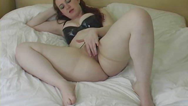 полненькая мастурбирует на кровати на камеру - 10